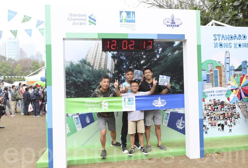 一連兩日的渣打香港馬拉松嘉年華,吸引很多跑手帶同家人感受活動氣氛。(余鋼/大紀元)