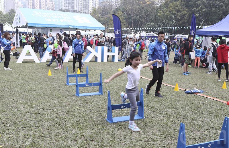 兒童訓練區的「過三關體能大挑戰」,讓一家大小可現場測試反應。(余鋼/大紀元)