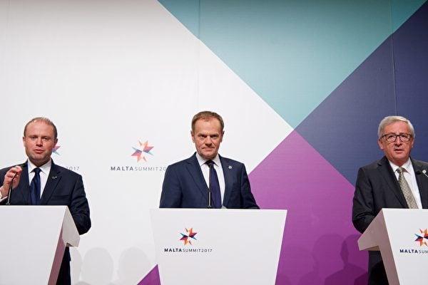 峰會期間的歐盟記者招待會。左起:歐盟輪值主席國馬耳他的總理慕斯凱特(Joseph Muscat)、歐盟理事會主席圖斯克(Donald Tusk)、歐盟委員會主席容克(Jean-Claude Juncker)。(European Union)