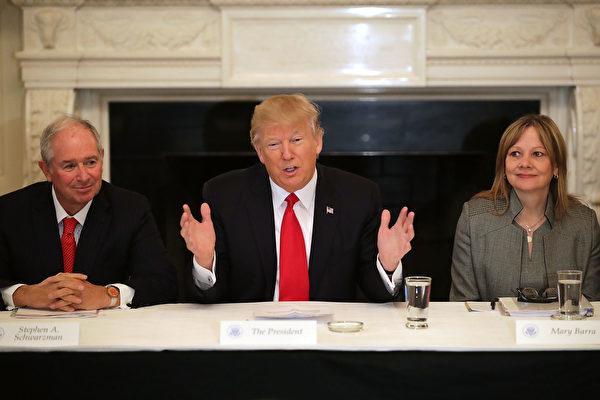 2月3日,美國總統特朗普與美國企業界領袖出席在白宮舉行的國家戰略與政策論壇。圖左為黑石集團董事長舒爾茨曼,圖右為通用汽車公司董事長芭拉。(Chip Somodevilla/Getty Images)