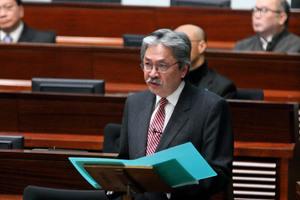財政司司長曾俊華在立法會公佈新一份財政預算案