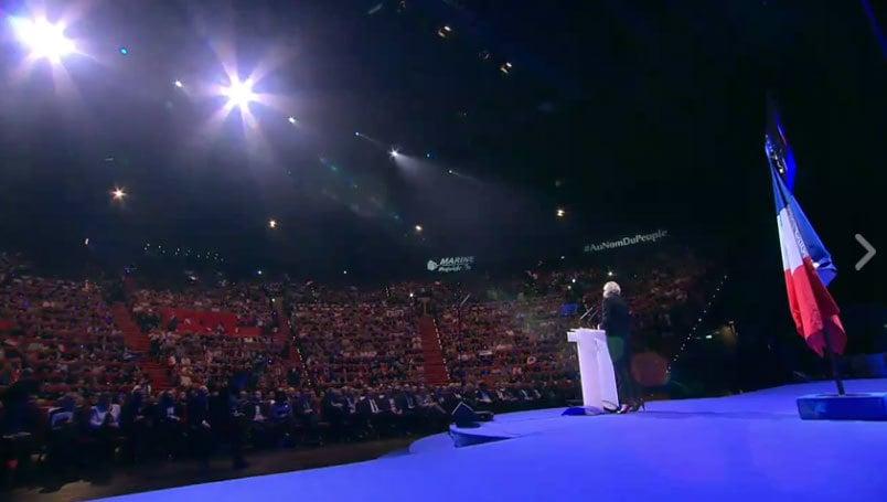 極右派候選人馬琳勒龐在里昂3區會議宮(Palais des congrés de Lyon)正式拉開其參選的帷幕,據統計,現場有4千到1萬人參加。(現場直播擷圖)