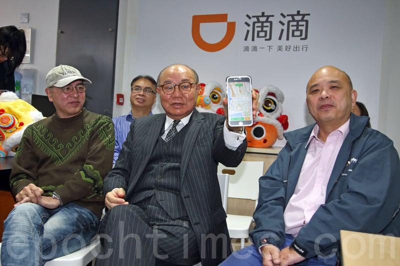胡國興(中)昨日到佐敦參觀一間預約的士手機程式公司,了解業界對運輸問題的看法。(李逸/大紀元)