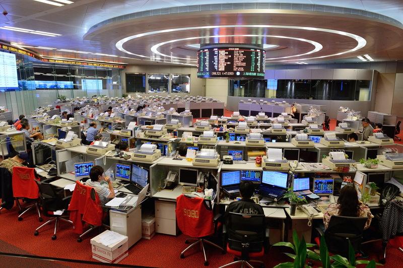 曾俊華:經濟難言樂觀 恆指半日急跌300點