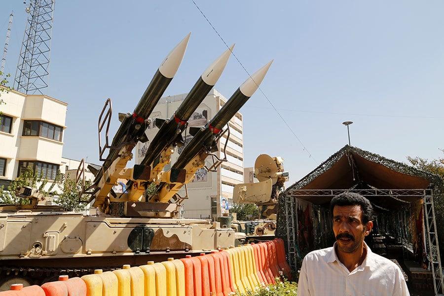 目前美伊關係趨向緊張,白宮可能將披露更多的伊核協議細節。圖為2016年9月26日在德黑蘭南部的巴哈馬斯坦廣場舉行的1980-1988伊朗-伊拉克戰爭展覽,一名男子走過街上展示的Sam-6導彈。(AFP PHOTO / ATTA KENARE)