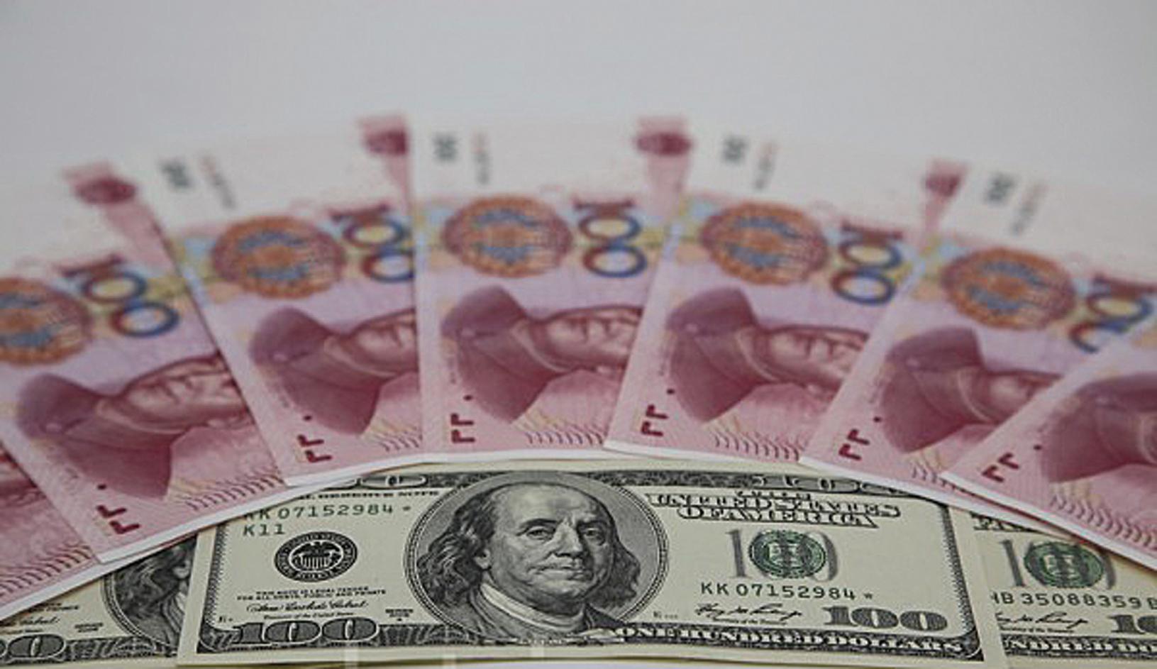 最新調查顯示,大陸居民預計2017年人民幣兌美元匯率將持續貶值。(余鋼/大紀元)