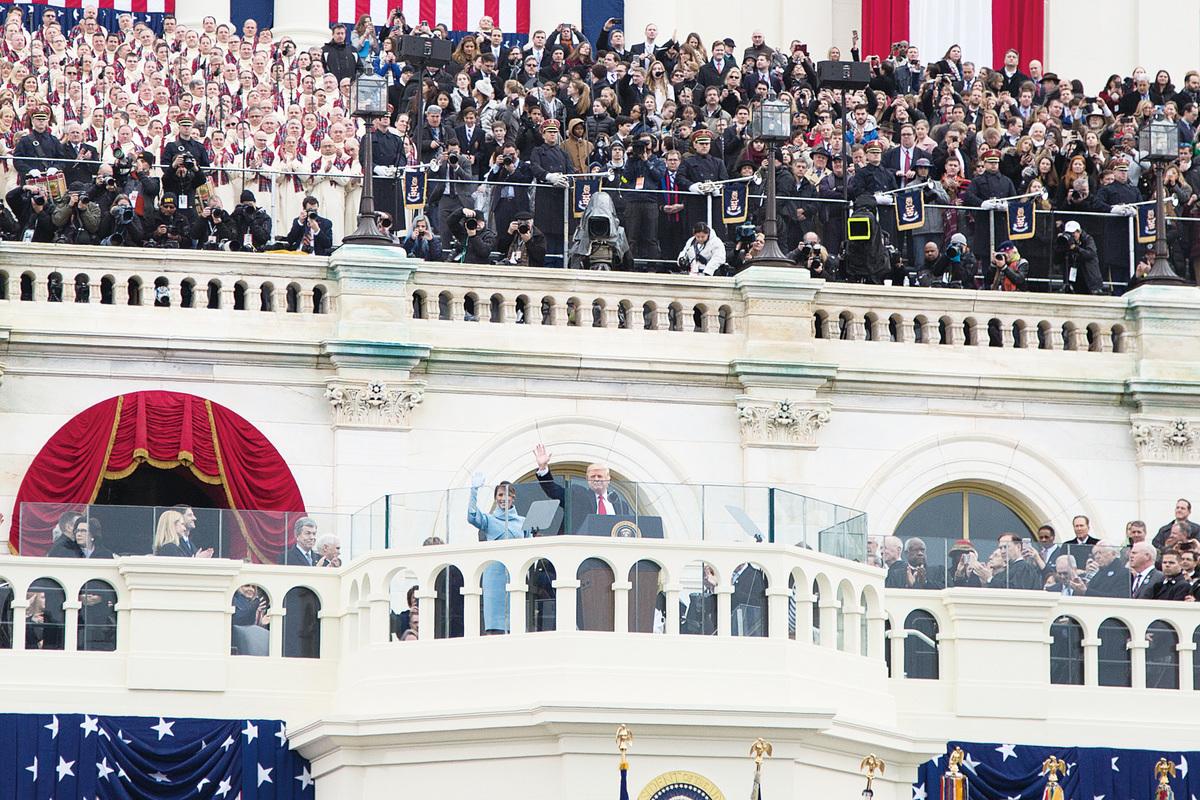 美國新任總統特朗普和他的夫人在1月20日舉行的就職典禮上和民眾揮手。(Getty Images)