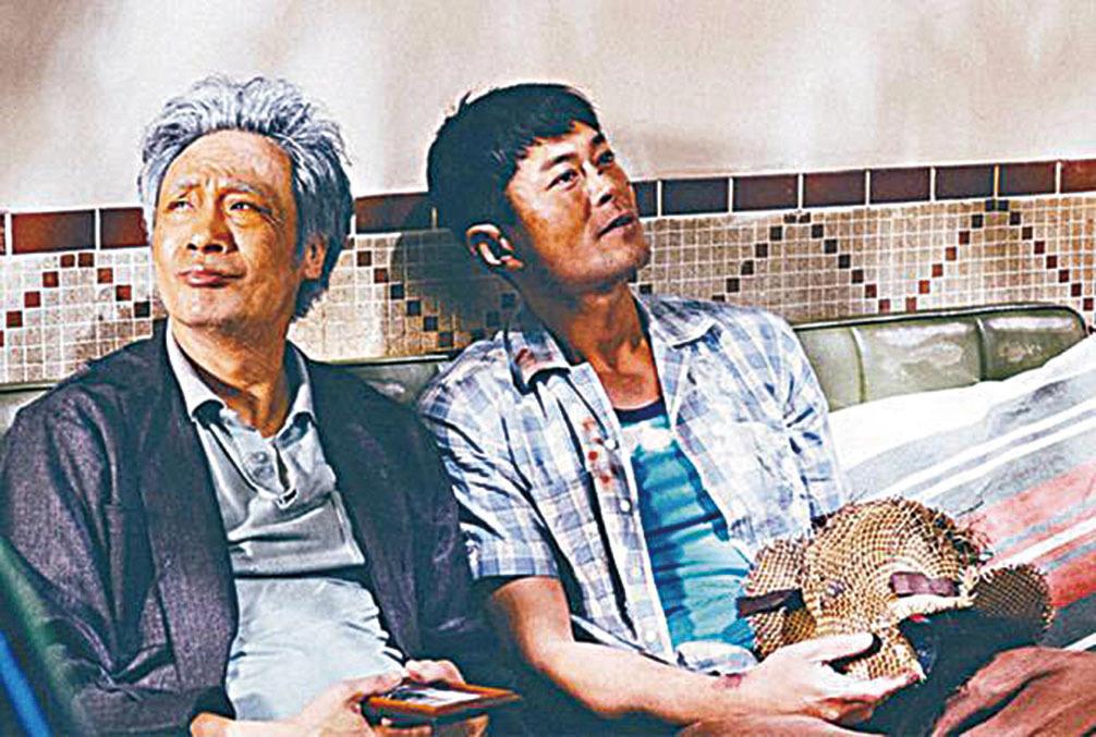 吳鎮宇(左)在《脫皮爸爸》與古天樂合演父子角色。(網絡圖片)