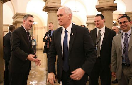 周二,因彭斯投下關鍵性一票,參議院批准了教育部長提名。圖為參議院批准提名後,彭斯(中)等人走過國會大廳。(Mario Tama/Getty Images)