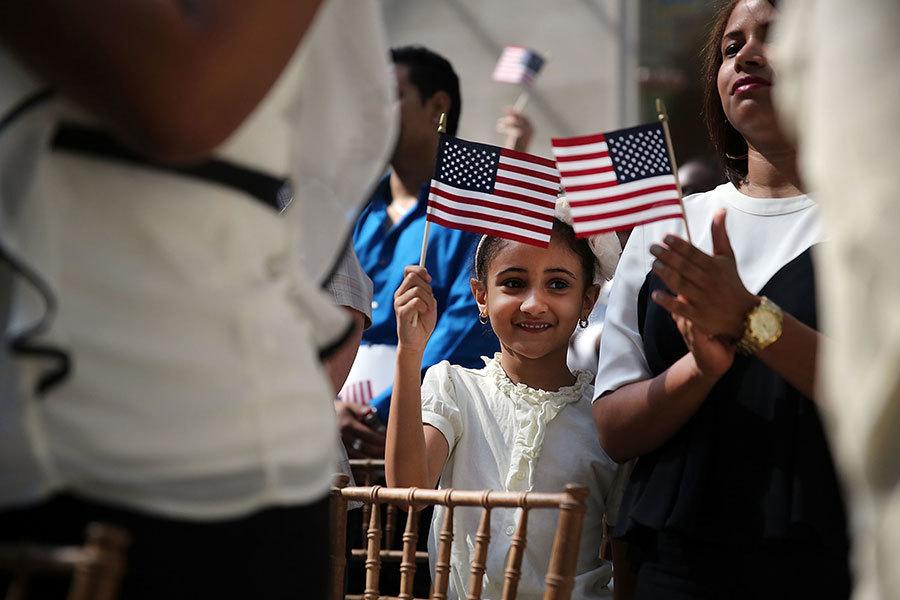 美國兩名共和黨參議員7日提出移民改革法案,建議大幅削減親屬移民人數,以及取消綠卡抽籤。如果通過,十年內將減少五成移民。圖為參加入籍宣誓儀式的移民。(Spencer Platt/Getty Images)