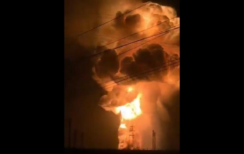 北京時間2月7日晚間,山西省交城縣一金屬鎂廠發生爆炸,現場升起蘑菇雲,並引發大火。(視像擷圖)