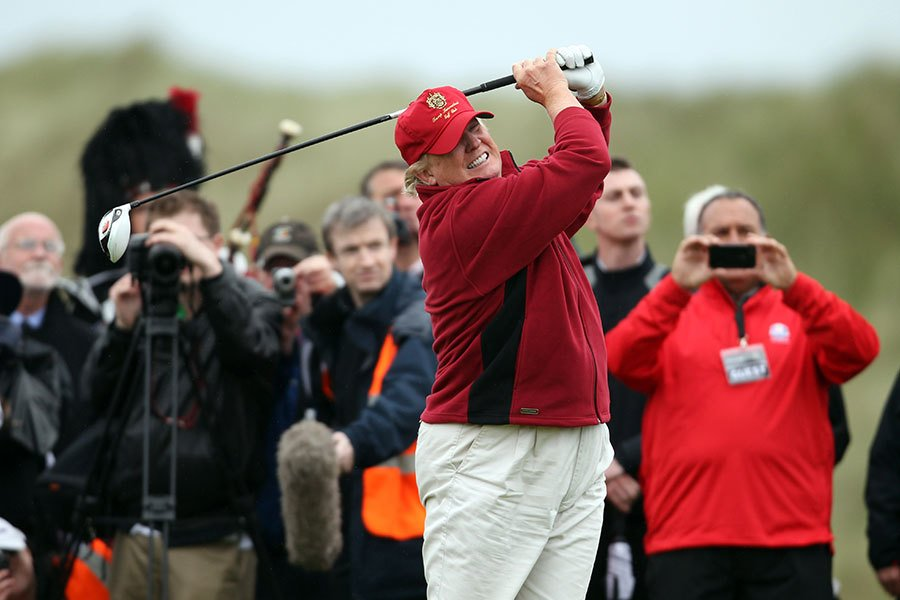 特朗普(特朗普)總統本周邀日本首相安倍晉三,在其佛羅里達州私人度假村打高爾夫球,特朗普相信安倍首相在球場上會成為他的搭檔,而不是對手。(Ian MacNicol/Getty Images)