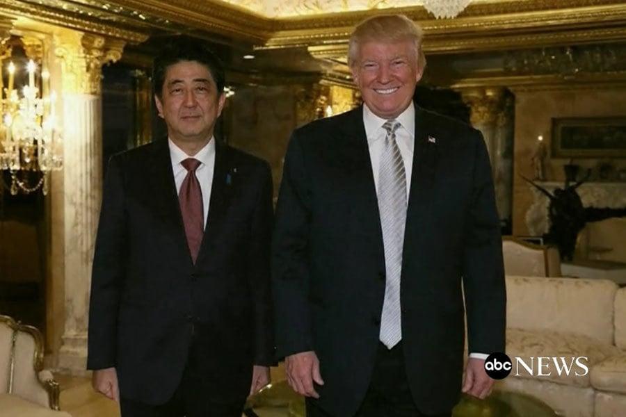 日本首相安倍去年11月17日在紐約和特朗普見面。(ABC新聞視像擷圖)
