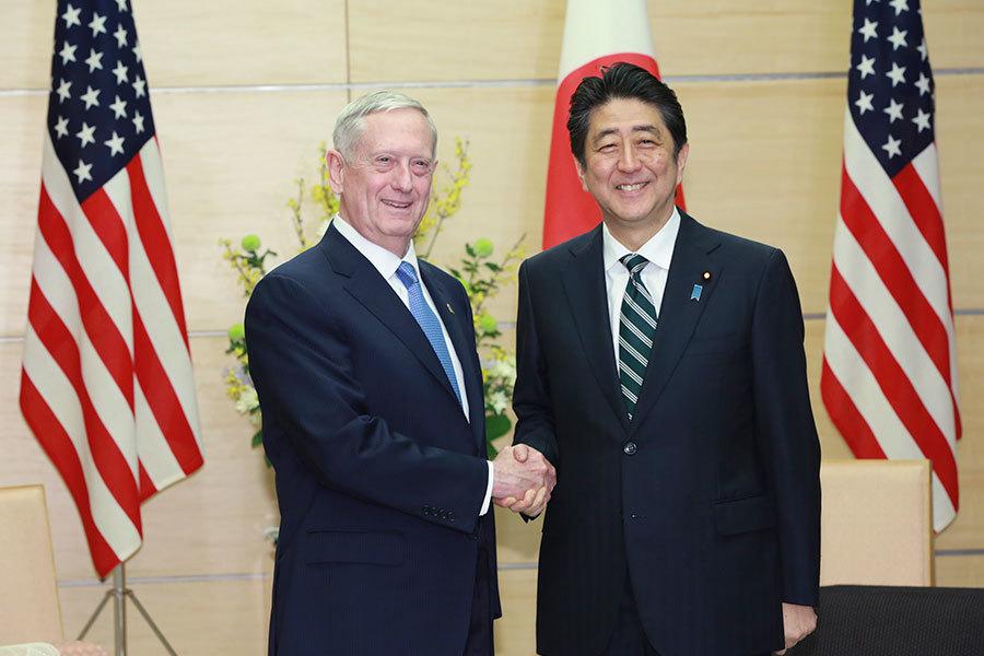 日本首相安倍3日會見美國防部長馬蒂斯(左)。(EUGENE HOSHIKO/AFP/Getty Images)