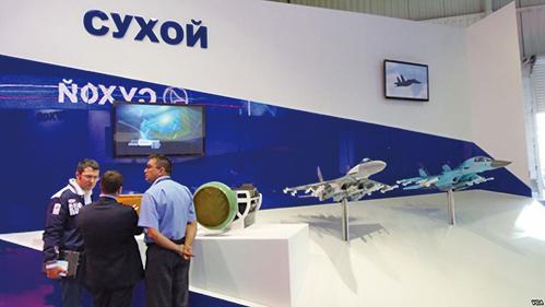 俄媒指中國航展裝備大都仿製於俄。圖為俄飛機製造聯合體在莫斯科航展的展台。(VOA)