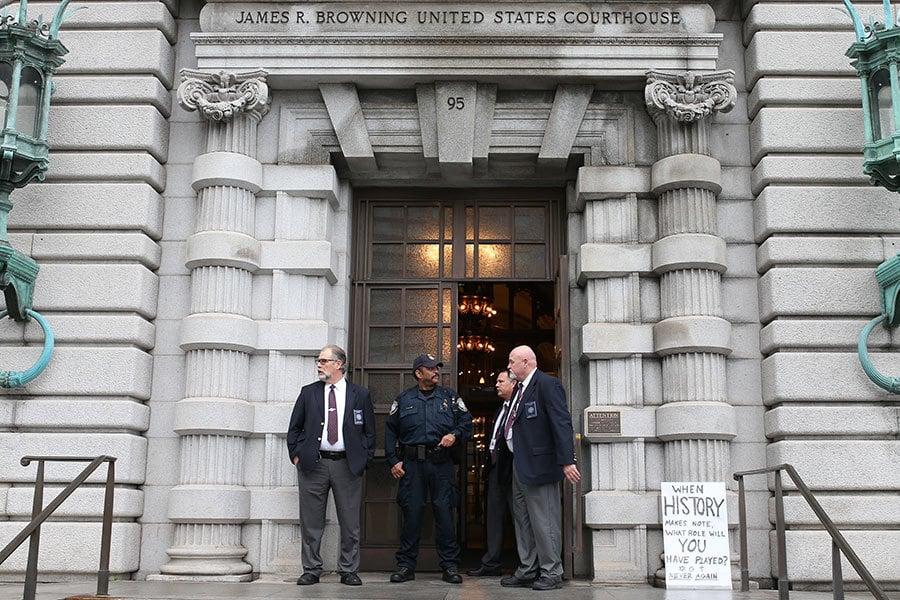 2017年2月7日,三名法官在三藩市的第九巡迴上訴法院對特朗普移民禁令進行了聽證,裁定是否應恢復上周被華盛頓州地方法官暫停的特朗普移民禁令。(Elijah Nouvelage/Getty Images)