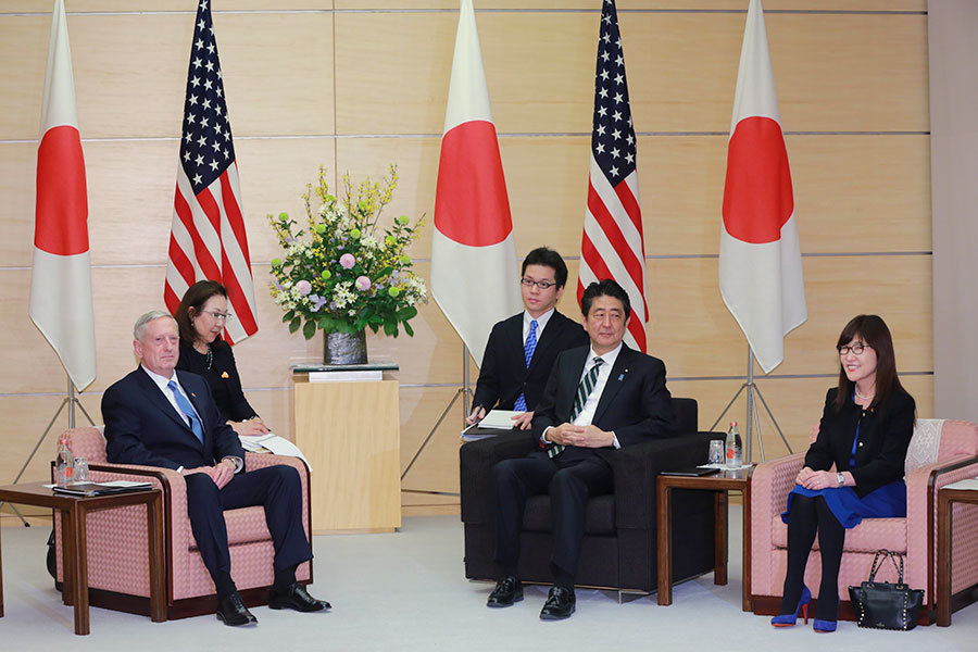 日本安倍首相2月3日接見美國防部長馬蒂斯。(EUGENE HOSHIKO/AFP/Getty Images)