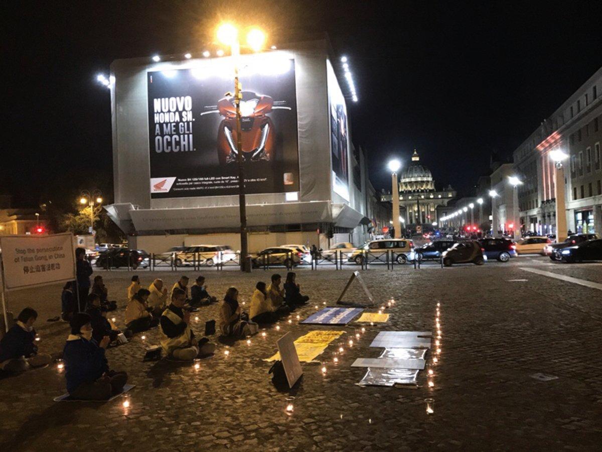 █法輪功學員2月7日晚上在梵蒂岡附近舉行燭光守夜活動,抗議中共對法輪功的迫害,紀念在中國被迫害致死的法輪功學員,包括那些被強摘器官而失去生命的學員。(林達/大紀元)