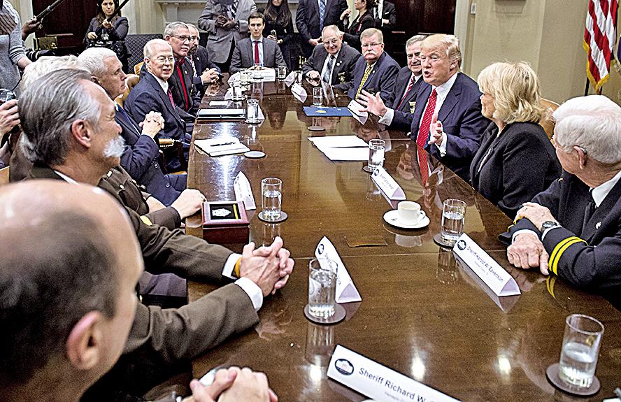 美國總統特朗普7日邀請來自全美的部份警長代表訪問白宮。他表示美國政府未來將嚴懲毒品犯罪。(AFP)