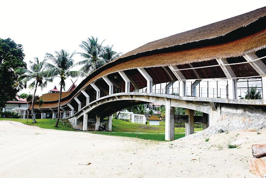 沿著造型像彎弓的有蓋長廊一直走就是民丹島礁湖度假村的門口了。(孫明國/大紀元)