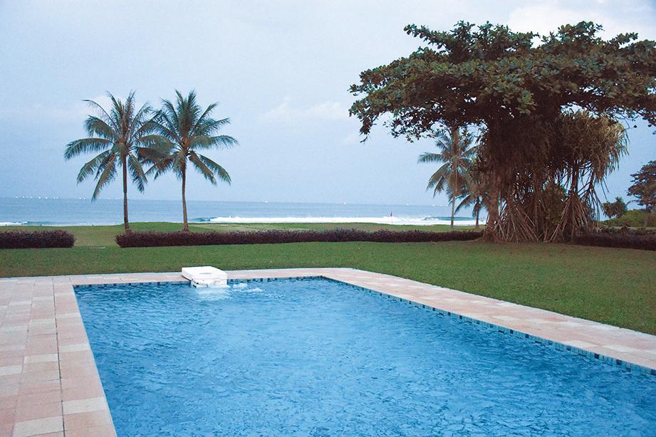 民丹島礁湖度假村靠海的別墅式房型還設有私人的小泳池。 (孫明國/大紀元)
