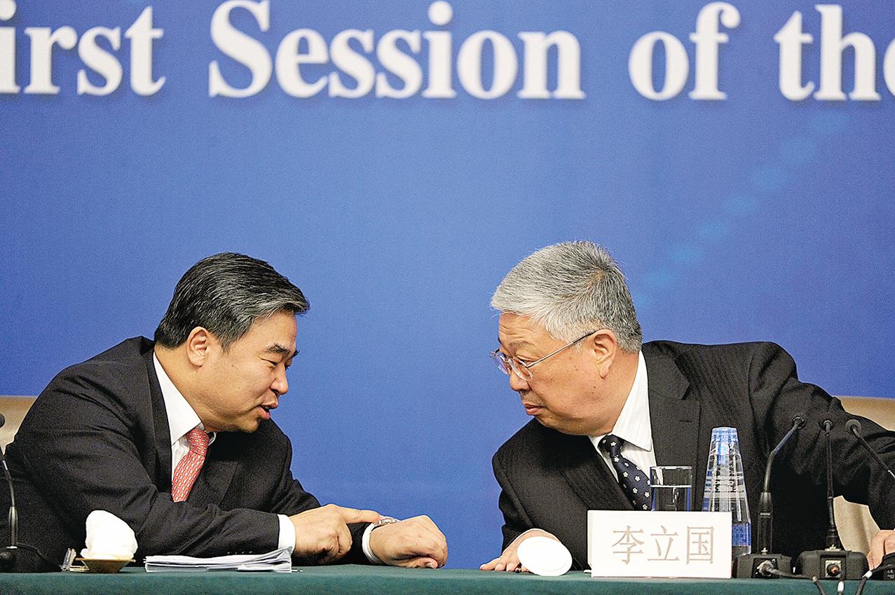 2013年3月13日,時任中共民政部副部長竇玉沛(左)和部長李立國(右)參加中共兩會新聞發佈會。(大紀元資料室)