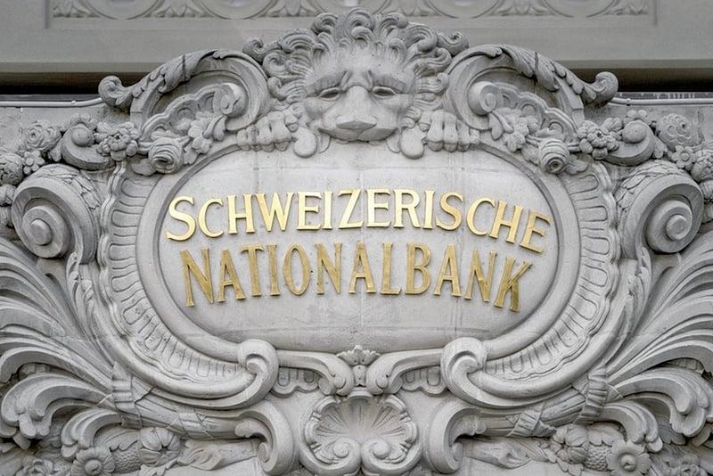 中共外交部闢謠,中方未「抗議」瑞士交出「外國人賬戶的詳細資料的消息」,稱這是假消息。據報,江派江澤民、周永康等家族,在瑞士存有巨款。圖為瑞士央行。(AFP)