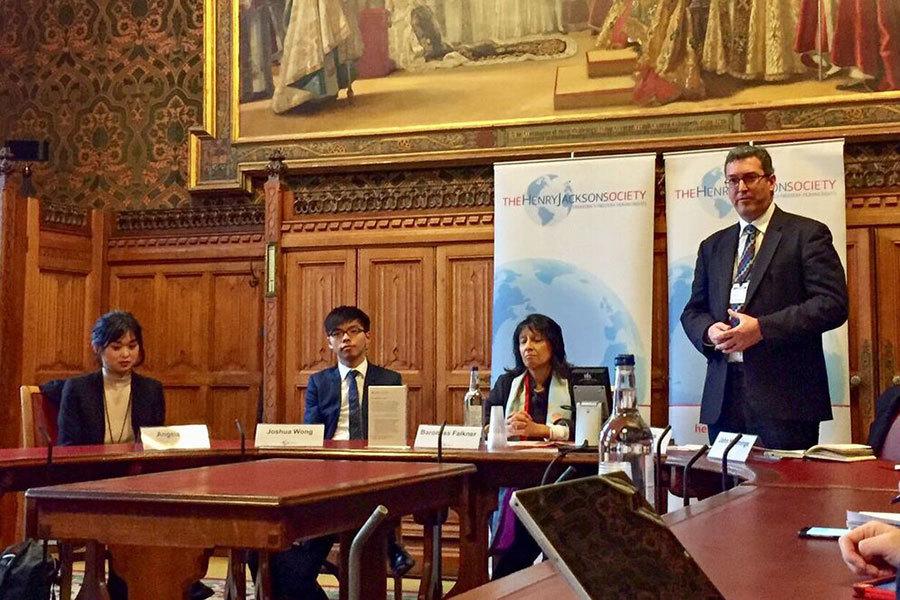 2月8日,香港眾志黨秘書長黃之鋒(左二)和於2015年被捕的瑞典籍香港出版人桂民海之女Angela Gui(左一)參加了英國國會大廈內舉辦的「香港自由之死」研討會。英國保守黨人權委員會副主席Benedict Rogers(右一)在會上發言。(文沁/大紀元)