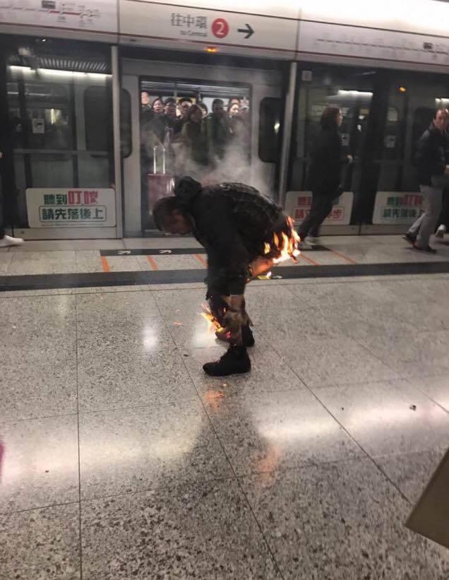 今日(10日)晚上約7時15分,港鐵一輛由金鐘向荃灣方向的列車,在駛往尖沙咀站途中,車上突然冒出濃煙,其中一節車廂內出現火光,有乘客下身著火,長褲燒得所剩無幾。(Edmond Lai/香港突發事故報料區Facebook群組)