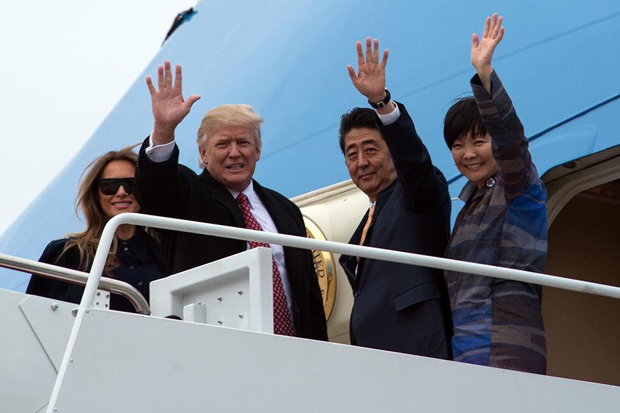 特朗普夫婦和安倍夫婦在空軍一號艙門向群眾揮手致意。(NICHOLAS KAMM/AFP/Getty Images)