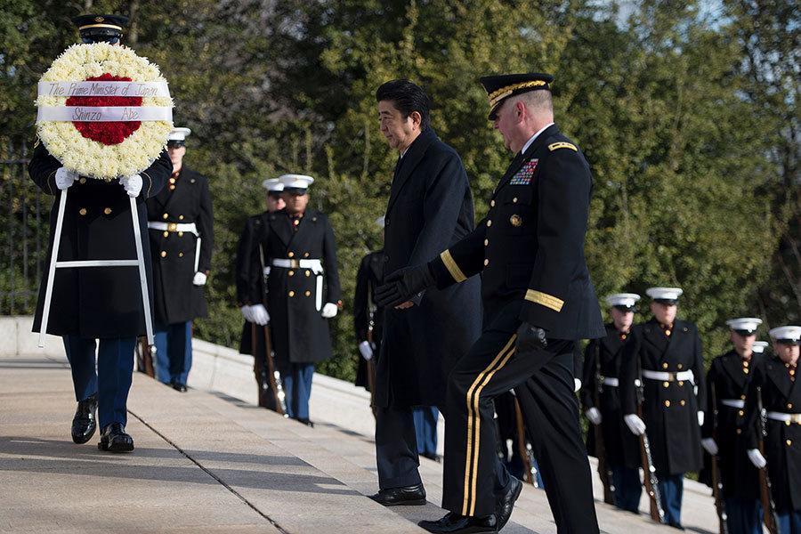 日本首相安倍10日上午到維珍尼亞州阿靈頓國家公墓獻花圈。(JIM WATSON/AFP/Getty Images)