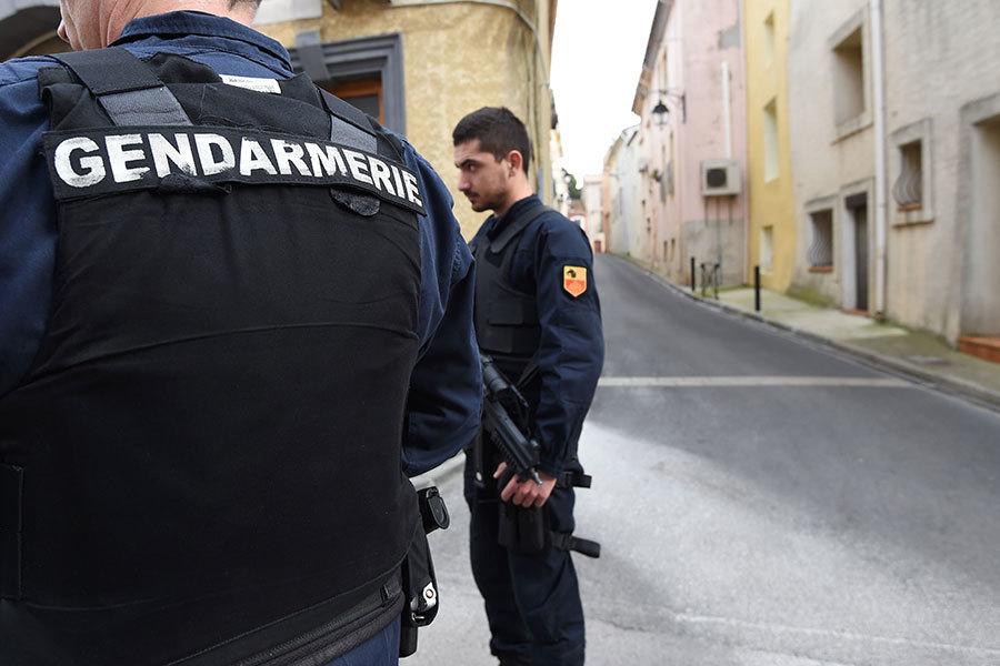 法國武裝憲兵於2017年2月10日在法國南部蒙彼利埃西南約40公里處的Marseillan鎮上一條街道上逮捕了涉嫌計劃發動恐怖襲擊的四名疑犯,其中包括一名16歲的女孩。(SYLVAIN THOMAS/AFP/Getty Images)