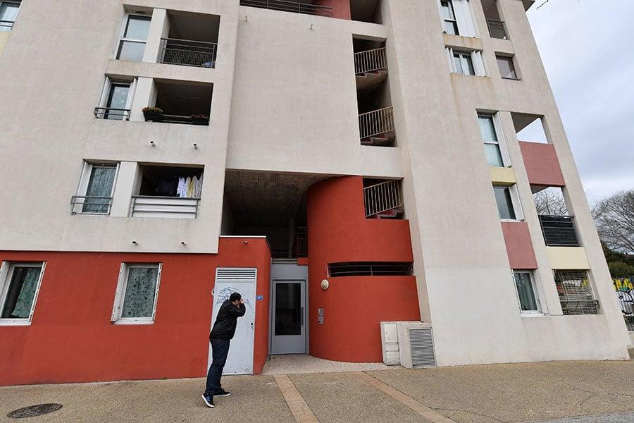 2017年2月10日,法國反恐怖主義警察在南部蒙彼利埃(Montpellier)抓獲四名涉嫌發動恐怖襲擊的嫌疑人,其中包括一名16歲少女。(PASCAL GUYOT/AFP/Getty Images)