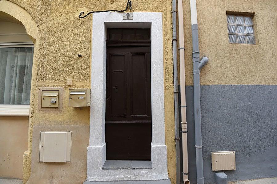 2017年2月10日,法國反恐怖主義警察在南部蒙彼利埃(Montpellier)抓獲四名涉嫌發動恐怖襲擊的嫌疑人。圖為嫌疑人藏匿的公寓單元門口。(PASCAL GUYOT/AFP/Getty Images)