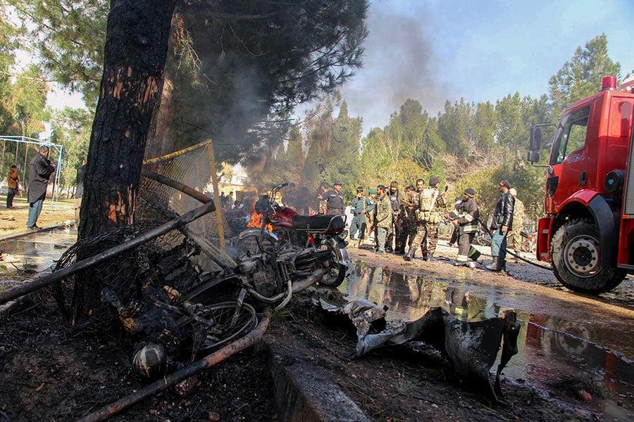 2017年2月11日,阿富汗赫爾曼德省首府拉什卡爾加發生汽車炸彈襲擊士兵事件,圖為事發現場。(NOOR MOHAMMAD/AFP/Getty Images)