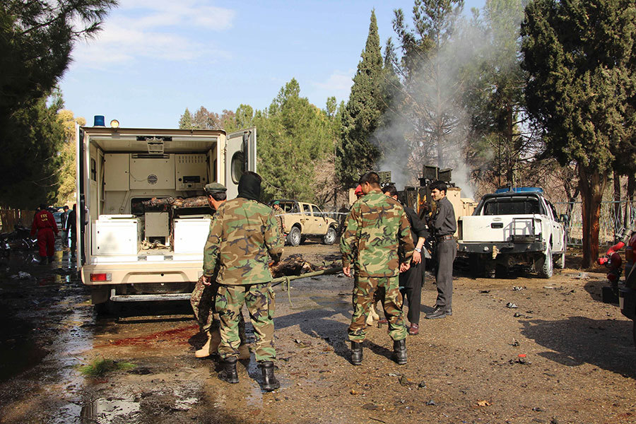 2017年2月11日,阿富汗赫爾曼德省首府拉什卡爾加發生汽車炸彈襲擊士兵事件,圖為事發現場留下的血跡和汽車以及前來調查的軍方人員。(NOOR MOHAMMAD/AFP/Getty Images)