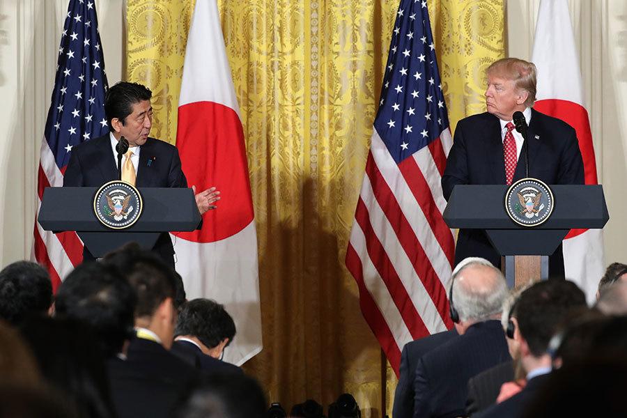 在跟日本首相安倍聯合舉行的新聞發佈會上,特朗普說,美日中將很快處於一個公平競爭的環境。(Chip Somodevilla/Getty Images)