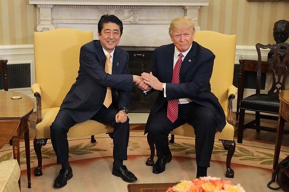 美國當地時間2月10日,日本首相安倍晉三與美國總統特朗普在白宮進行了會談。(Getty Images)