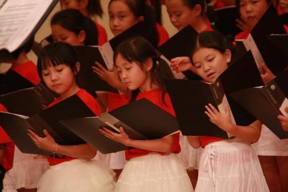左一小女孩就是楊沛宜。(網絡圖片)