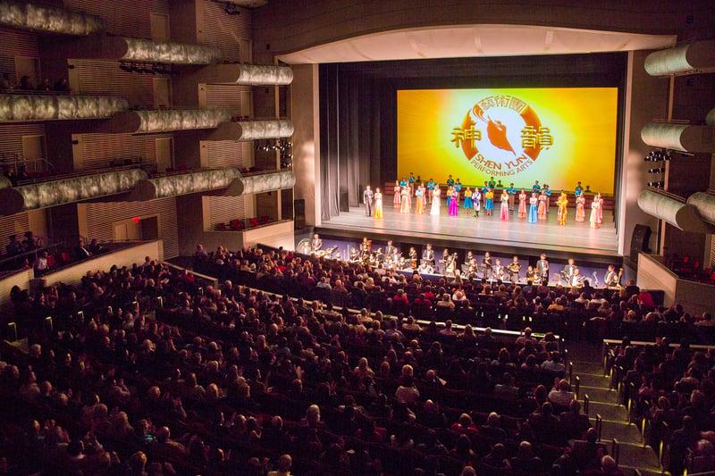 神韻巡迴藝術團於2月10日在考夫曼表演藝術中心 穆里爾・考夫曼劇院的首場演出爆滿。(陳虎/大紀元)