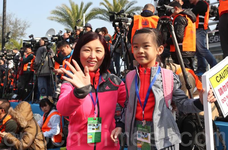 2017渣打馬拉松在港舉行。陳琪母女。(余鋼/大紀元)