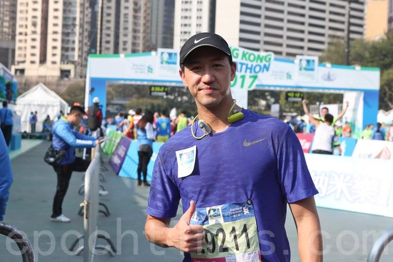 2017渣打馬拉松在港舉行。香港藝人馮允謙。(余鋼/大紀元)