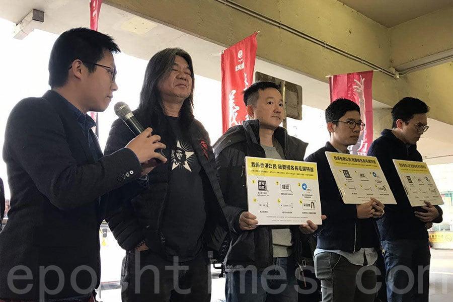 梁國雄在立法會議員羅冠聰及陳志全到沙田火車站幫協助爭取公民提名。(林心儀/大紀元)
