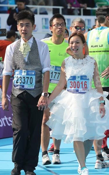 2017渣打馬拉松在港舉行。一對新人長跑結婚。(余鋼/大紀元)