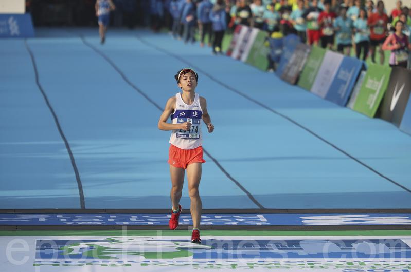 2017渣打馬拉松在港舉行。全馬香港男子第一名魏賡。(余鋼/大紀元)