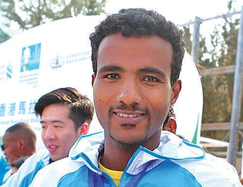 埃塞俄比亞跑手比拿捷奧以破大會紀錄佳績贏得全馬冠軍。(余鋼/大紀元)