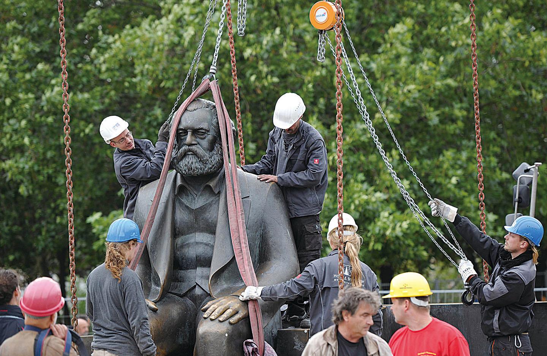 2010年德國柏林工作人員將馬克思雕像移走。(Getty Images)