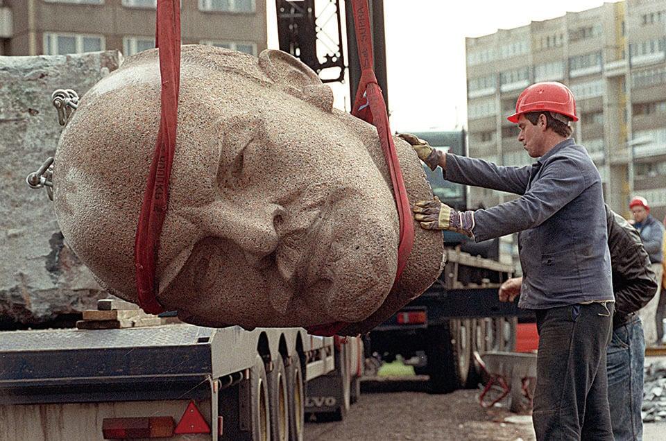 1991年11月,德國柏林工作人員將毀掉的列寧雕像搬走。(Getty Images)