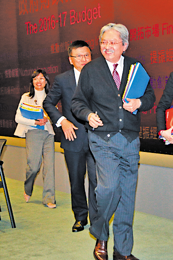 曾俊華昨日最少5次被記者問到競選下屆特首的問題。(潘在殊/大紀元)