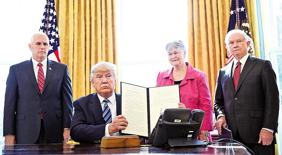 特朗普簽三行政令終結暴力